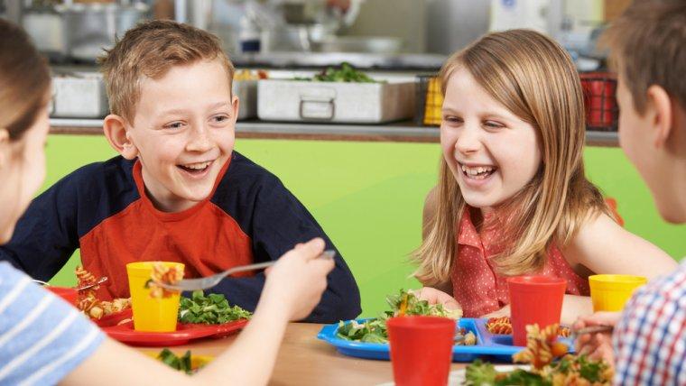 Každé desáté dítě samoživitelek nechodí na obědy