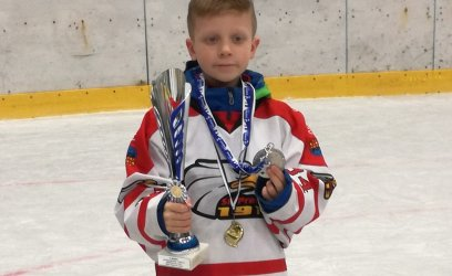 Dominik bude chodit na hokej